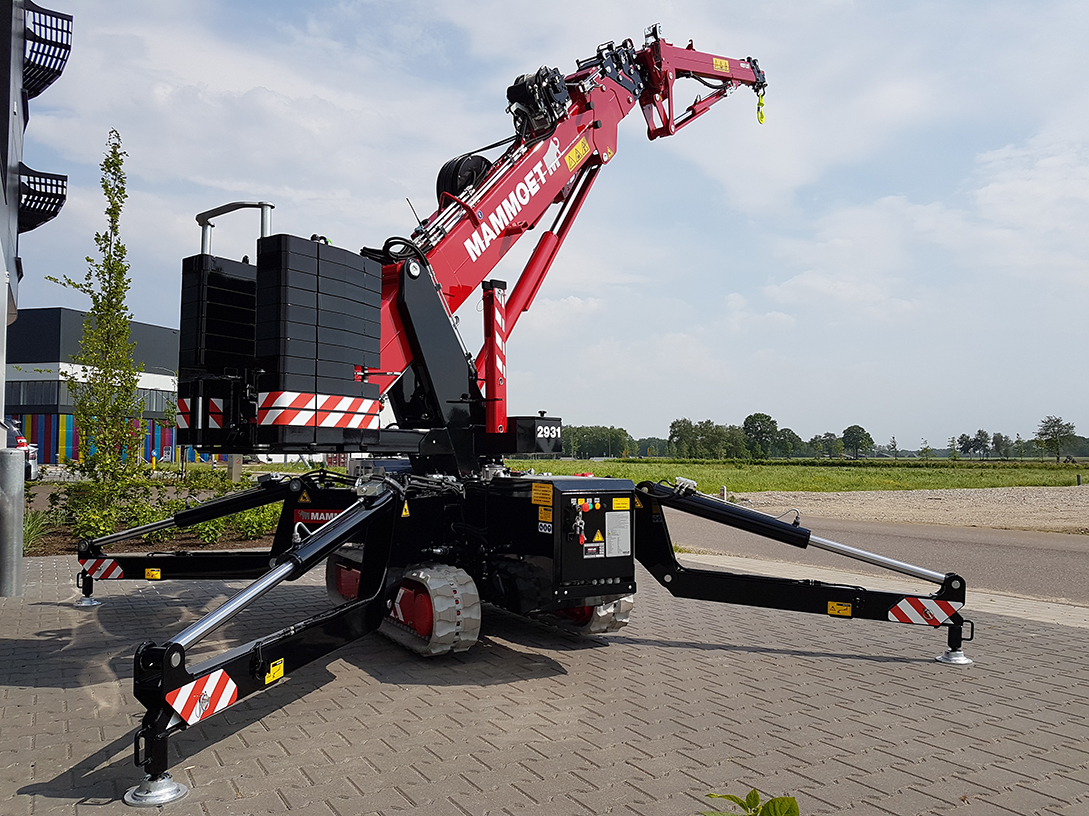 This mini-crawler crane works efficiently in constricted sites